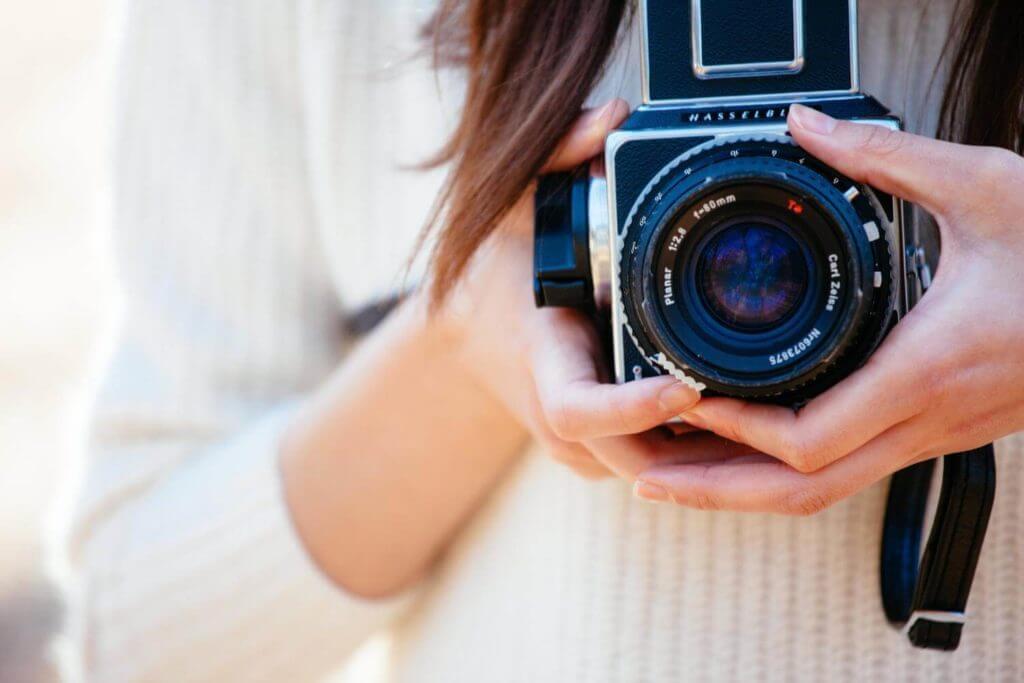 インスタントカメラを持つ女性