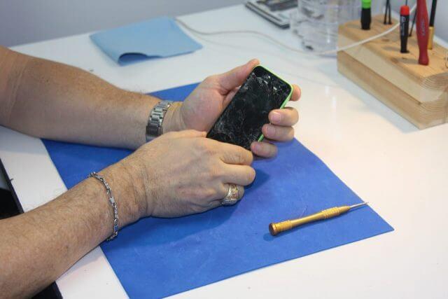 iPhone画面修理:修理業者に依頼する
