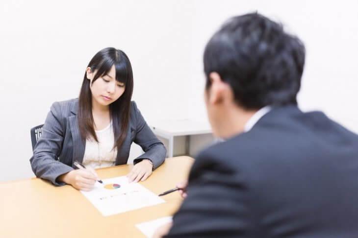ペルソナマーケティング:クライアントにインタビューし、詳細プロファイルを作っている女性