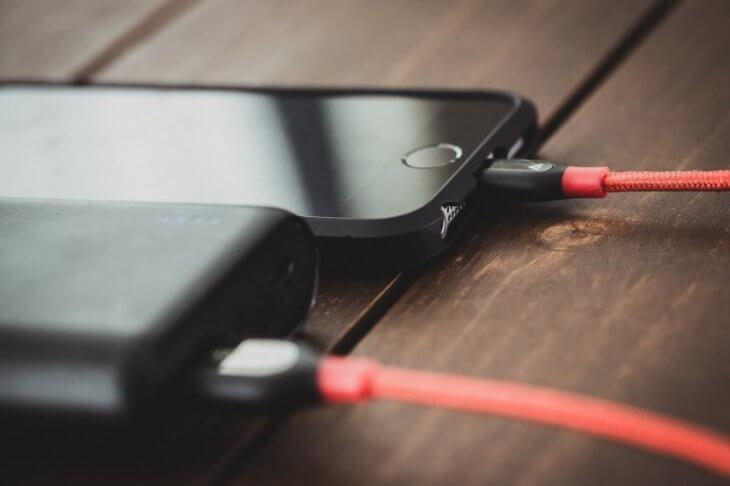 スマホ修理王 評判:iPhoneを充電している
