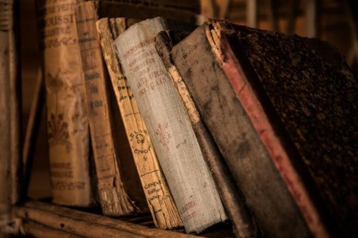 検索エンジンとは:古い本に歴史を感じる