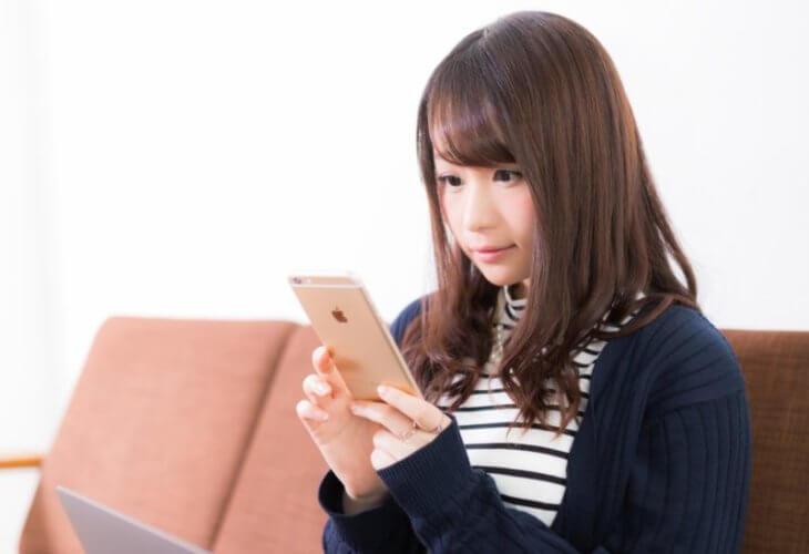 ブログ オワコン:動画を見る女性