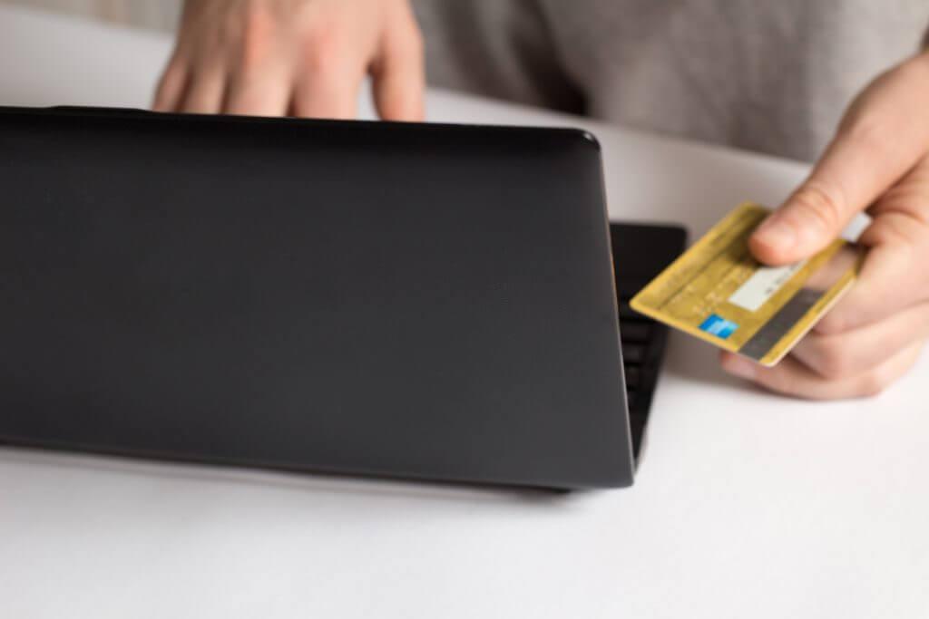 クレジットカードを使ってネット決済をする