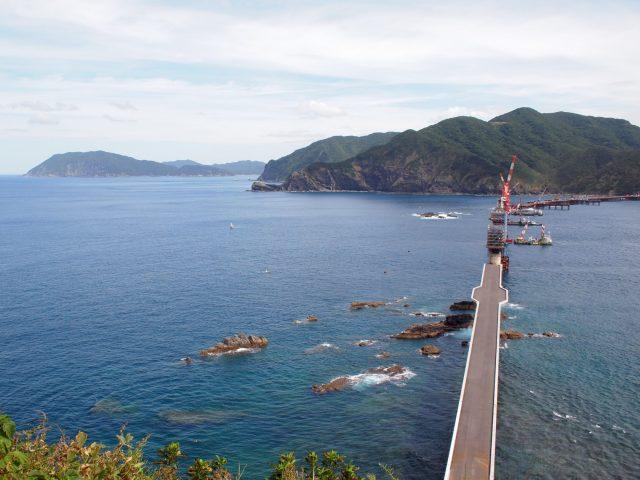 中甑島と下甑島をつなぐ橋を建設中。