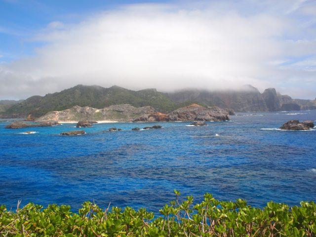 向かいに見えるのは父島。
