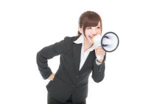 拡声器で声を出す女性