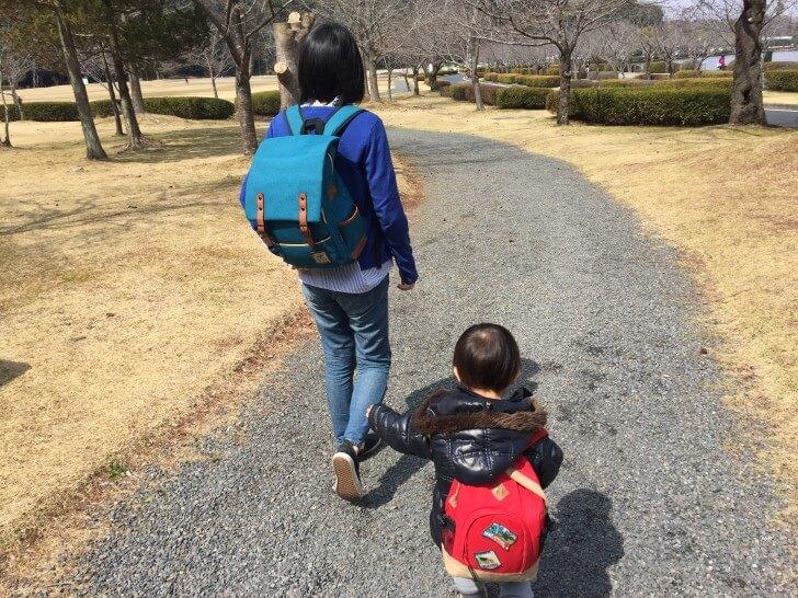 妻と一緒に歩く三男