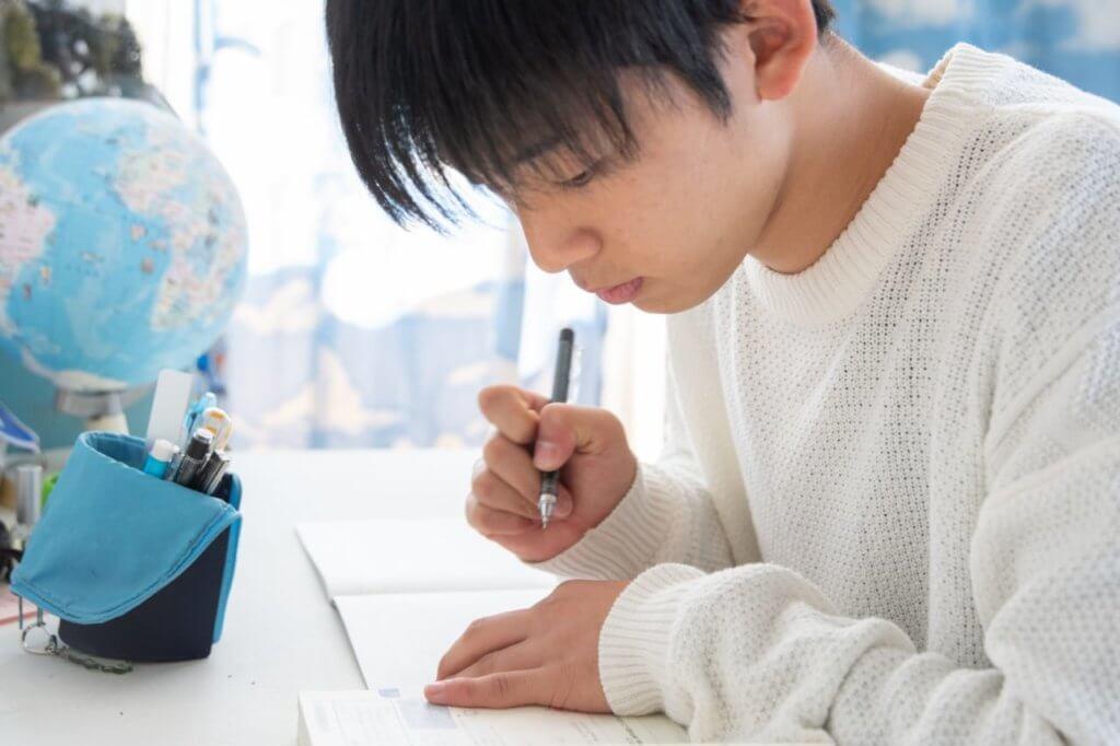 一生懸命勉強する男子学生