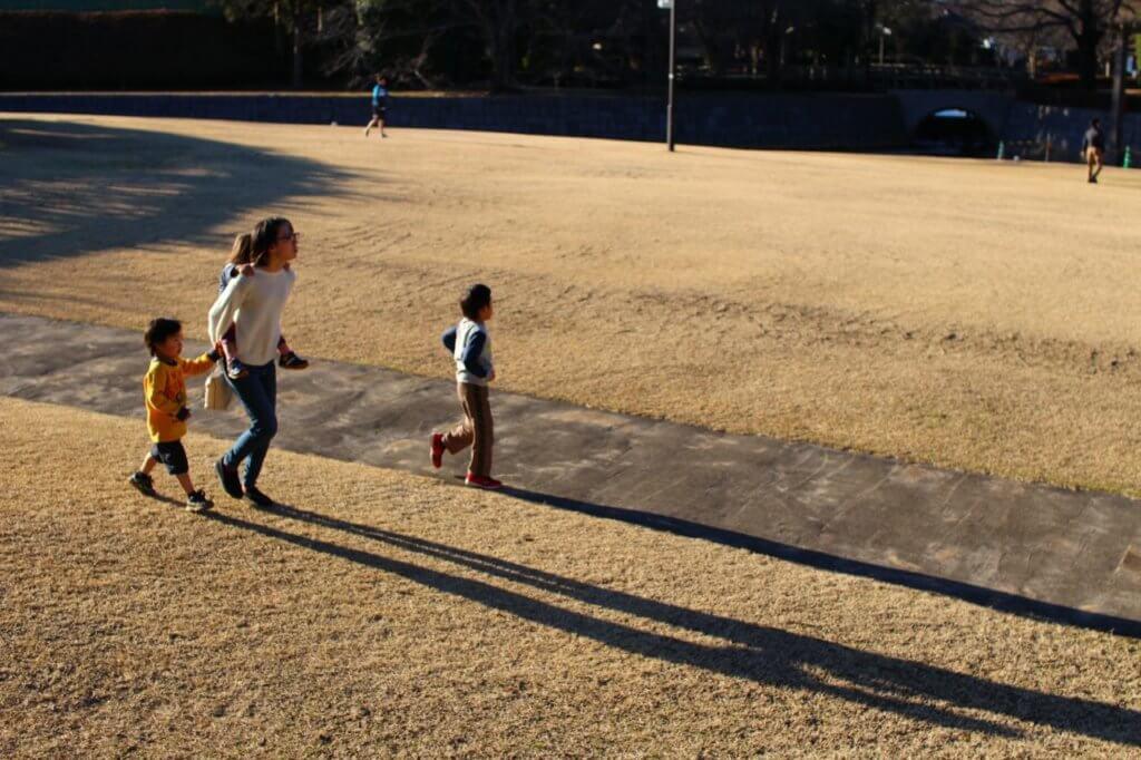公園ではしゃぐ親子