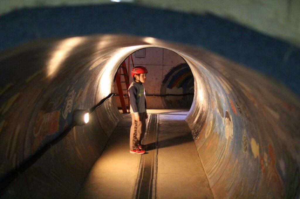 トンネルとヘルメットと子供