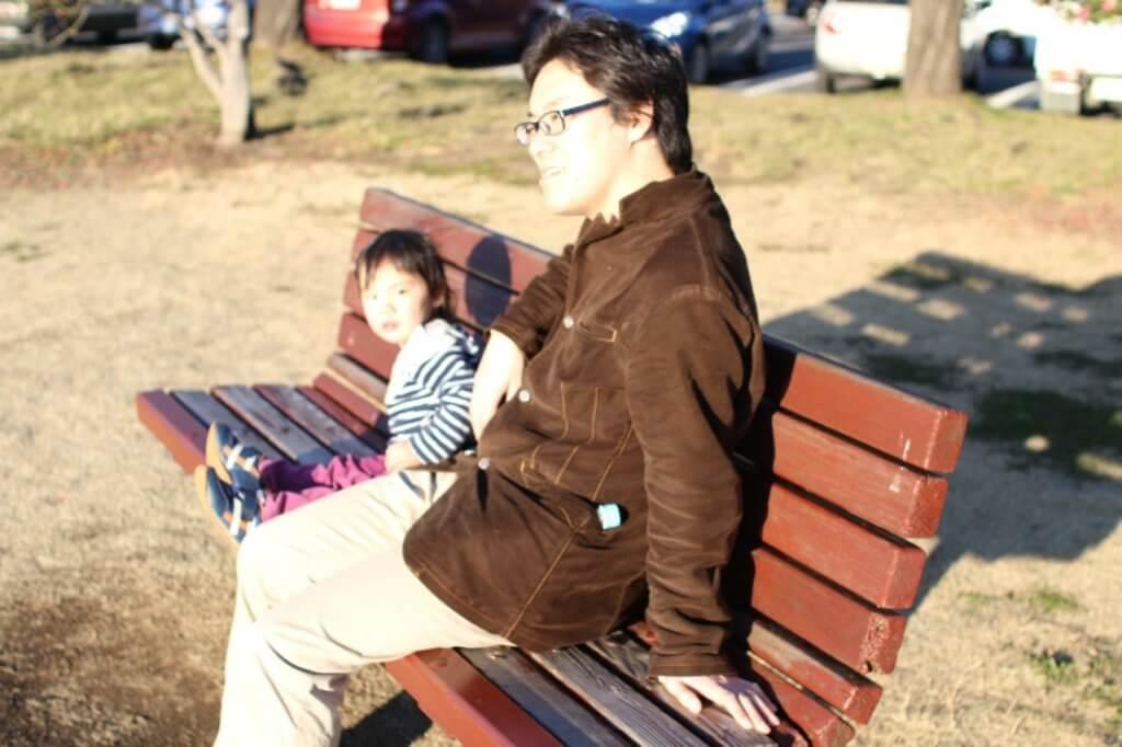 公園でまったりする子供とソルティー