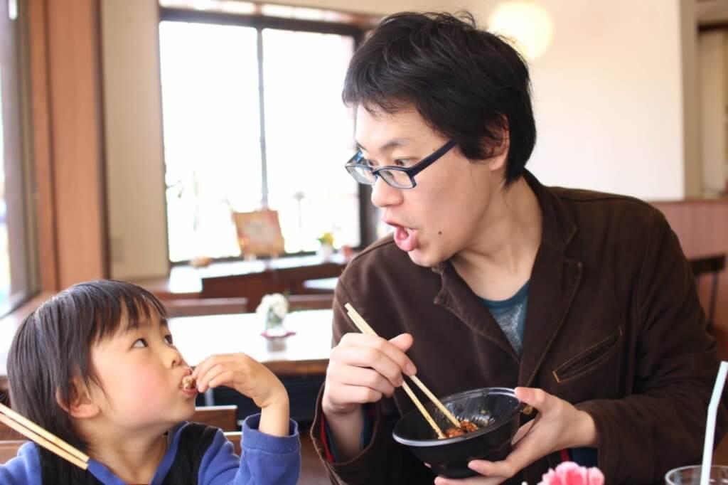 子供と仲良く食事をするソルティー