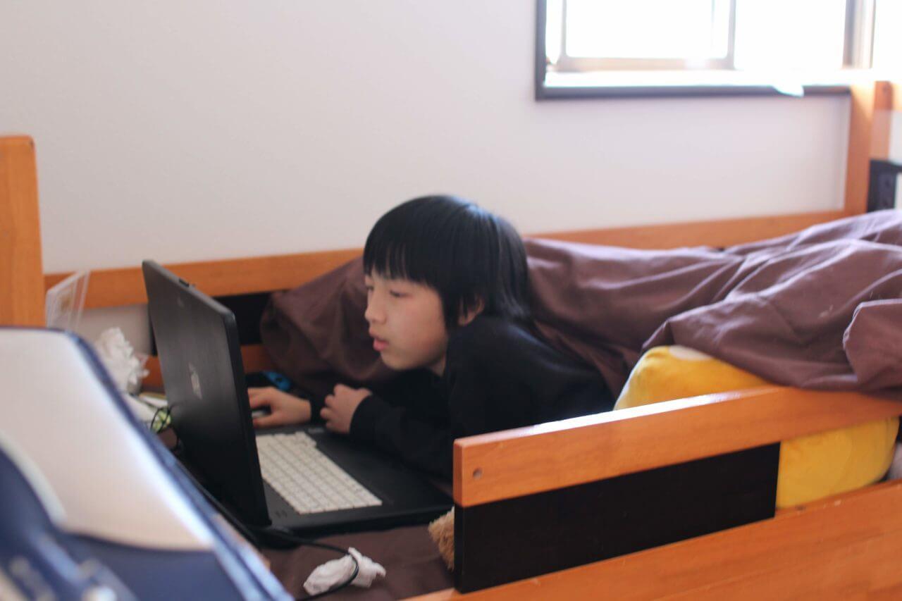 パソコンを操作する子供