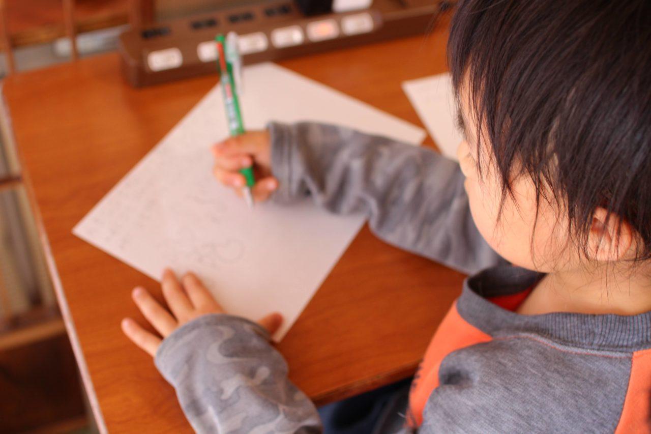 頑張って勉強する子供