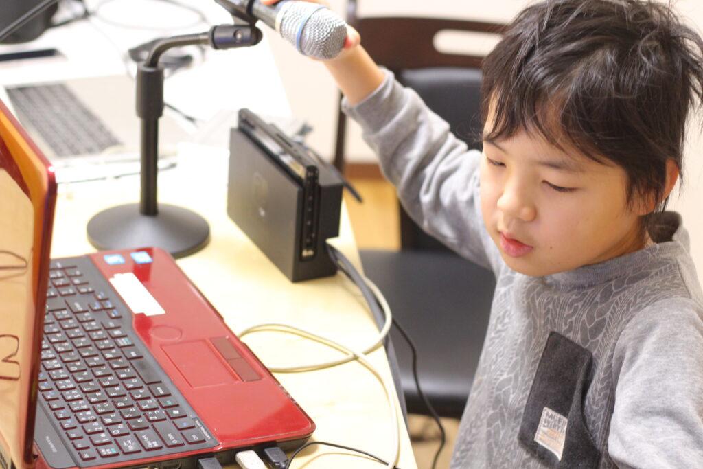 配信機器をセットする子ども